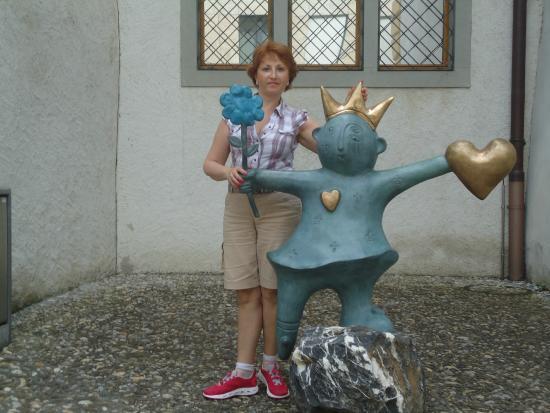 Liechtenstein National Museum: Забавные фигурки рядом с музеем