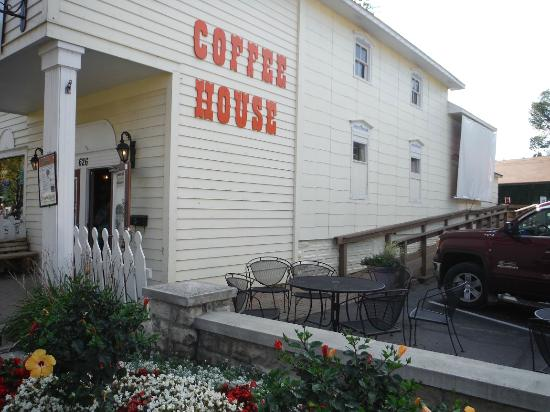 Harvest Coffee House & Beanery: Patio outside in the parking lot.
