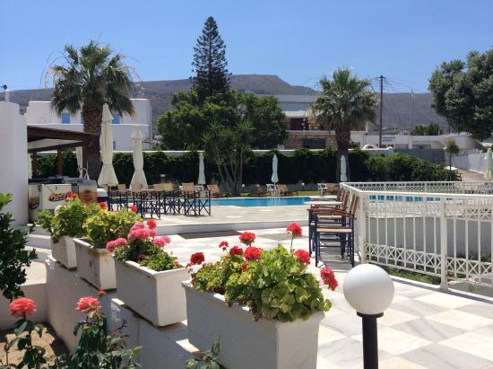 Polos Hotel: The entrance to the hotel garden & pool