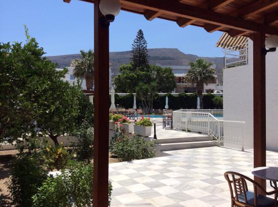 Polos Hotel: Another one of the garden & pool
