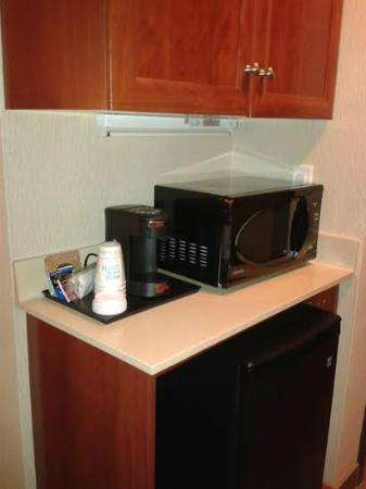 Holiday Inn Express Hotel & Suites Clarington - Bowmanville: Fridge/Microwave