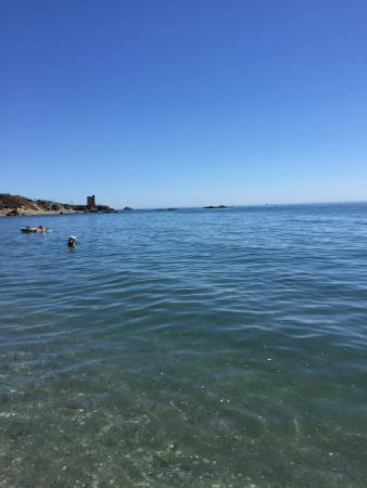 Casares, Spania: Una gran playa muy cerca de Estepona. La arena esta bastante limpia al igual que el agua, ésta,