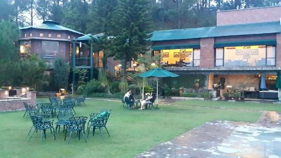 Baikunth Resort Kasauli: Main garden overlooking the restaurant