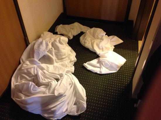 Quality Inn Northtown: Sheets from bed I had to make