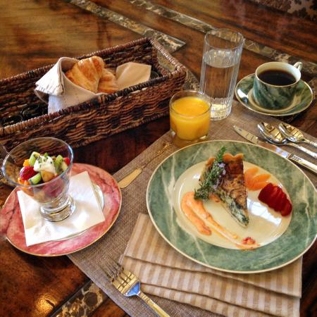 The Canyon Villa: Awesome breakfast and unexpected anniversary sweets & bubbly.