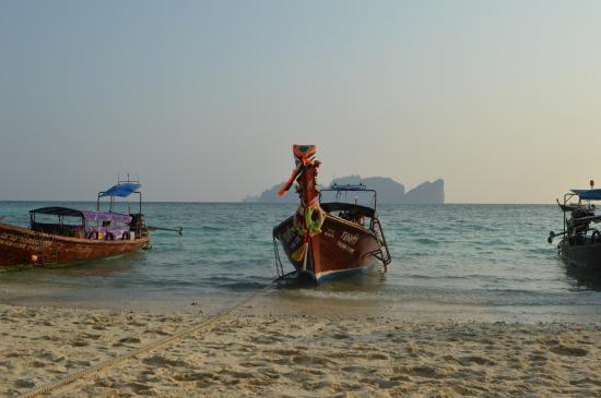 Phi Phi Don Chukit Resort: Pintorescos taxis acuáticos
