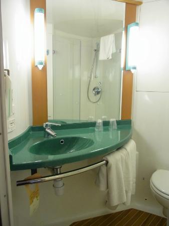 Ibis Carlisle: 洗面台が小さすぎる