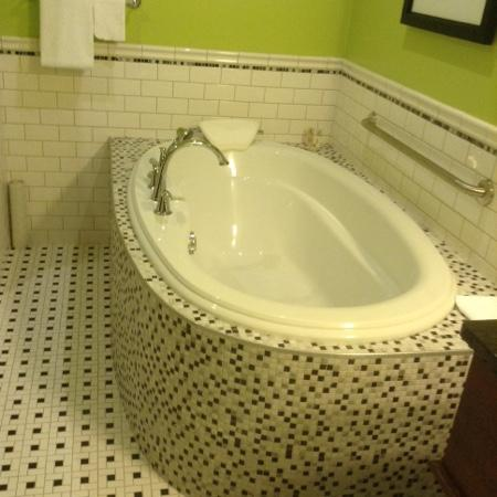 Hume Hotel & Spa: soaking tub