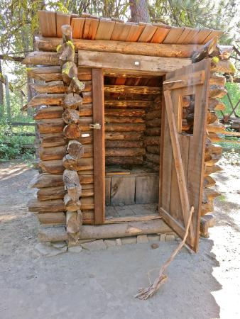 Chiloquin, OR: Classy outhouse