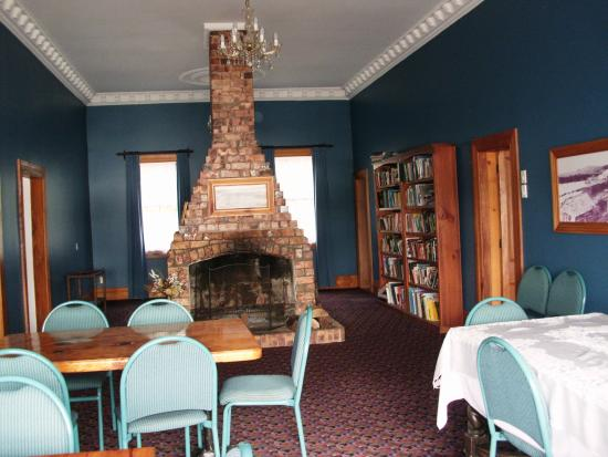 Horeke Tavern Hotel: The dining area with a lovely big open fire