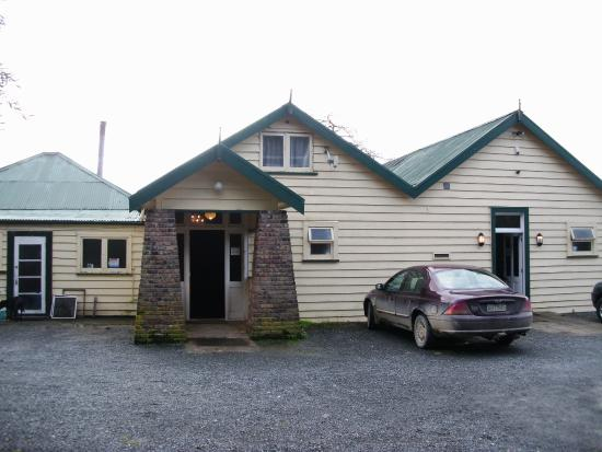 Horeke Tavern Hotel : The front entrance of the oldest hotel in New Zealand