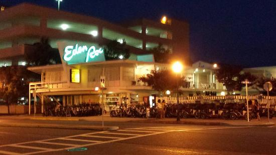 Eden Roc Motel: Front of hotel at night