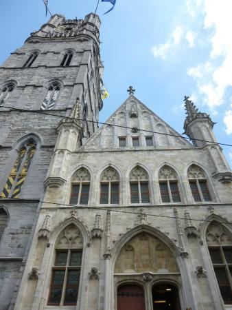 Belfry and Cloth Hall (Belfort en Lakenhalle): Fachada frontal (con las escaleras de entrada)