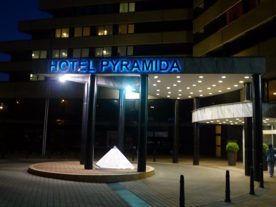 Orea Hotel Pyramida: Eingangsbereich bei Nacht