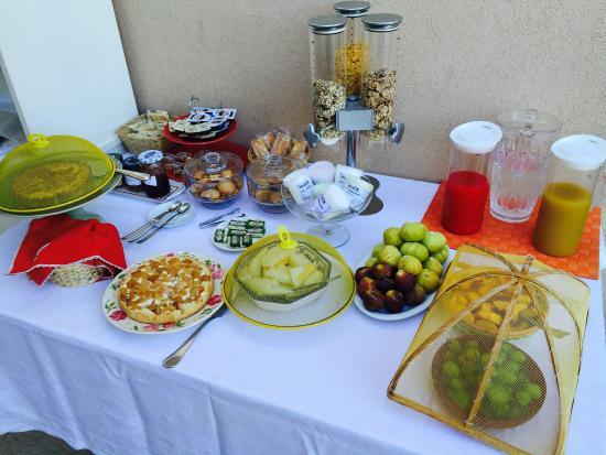 L'Altra Metà : I biscotti appena fatti e l colazione del mattino. La vista dalla terrazza