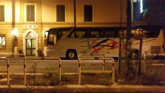 Hotel Villa Grazioli: una direzione di hotel che consente a un pullman GT di parcheggiare COMPLETAMENTE sul marciapied