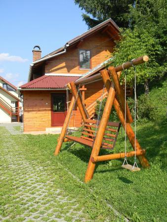 Toplita, Romênia: the small house and the swing