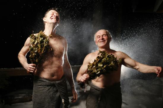 Isokenkaisten Klubi: Sauna with bath whisk, vasta