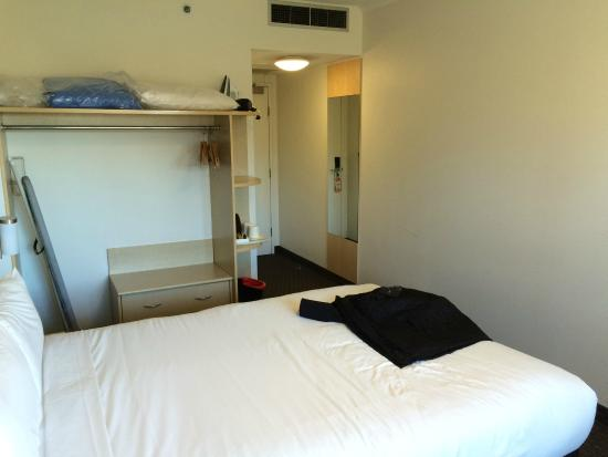 Ibis Sydney Olympic Park: The room.