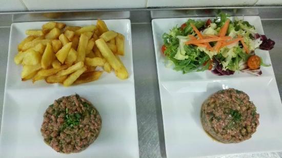 Steak tartar acompa ado con patatas fritas o ensalada fotograf a de al punt palma de mallorca - Restaurante al punt ...