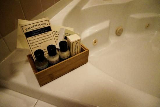 The Inn at Ormsby Hill: Jacuzzi and salts