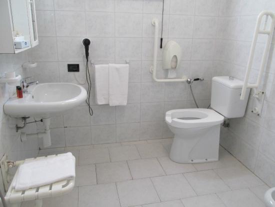 Bagno per disabili foto di hotel roby marina di massa tripadvisor - Bagno mistral marina di carrara prezzi ...