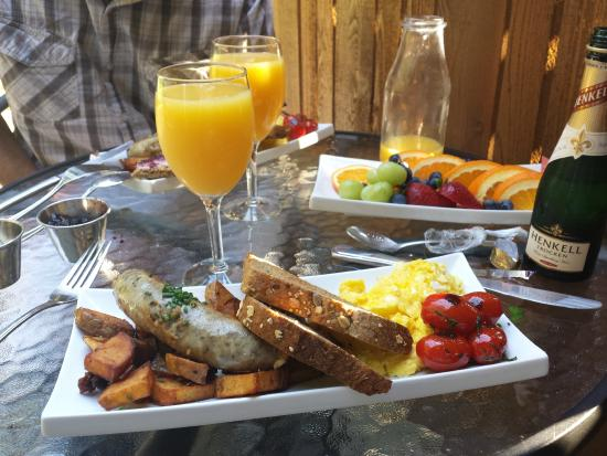 Benvenuto Bed & Breakfast: Benvenuto B&B - Amazing Breakfast Day 1 (complimentary champagne for our wedding celebrations)