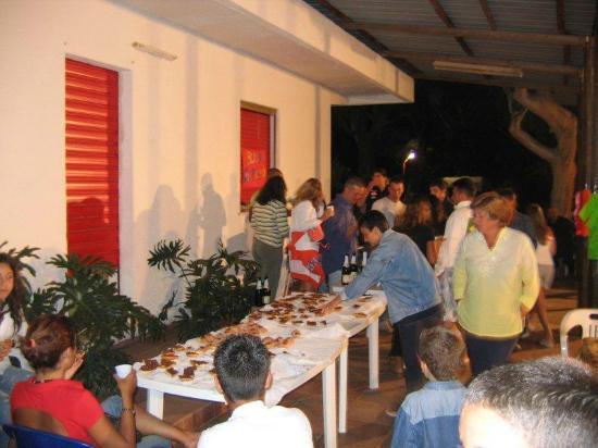 Badolato, Italia: portico bar sera
