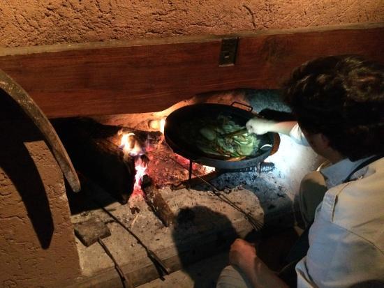 Estancia La Alejandra: Вот так иногда готовят блюда на ужин, прямо у вашего камина