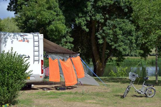 Camping Le Moulin Fort : riverbank pitches