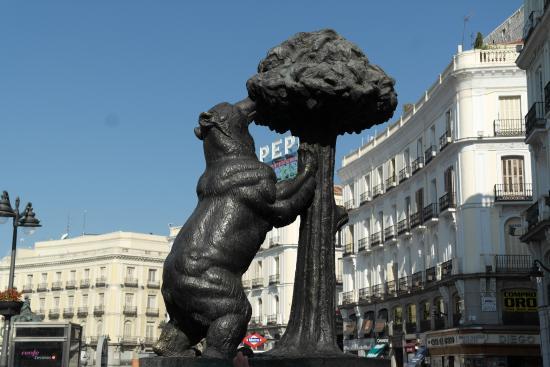 L 39 orso simbolo di madrid fotograf a de puerta del sol for Puerta 53 bernabeu