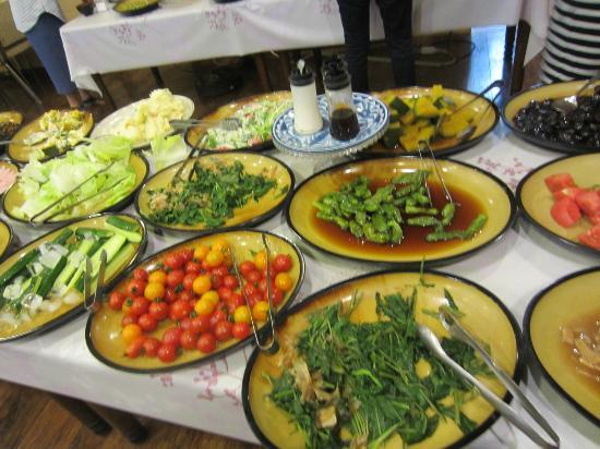 Gensen no Yado Maruishi: 朝食は地元の野菜がたっぷり。