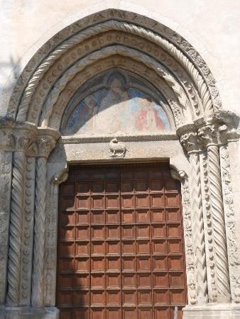 Chiesa di Santa Maria delle Grazie: portale gotico