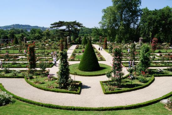 La roseraie ordonn e picture of parc de bagatelle paris tripadvisor - Jardin de bagatelle restaurant ...