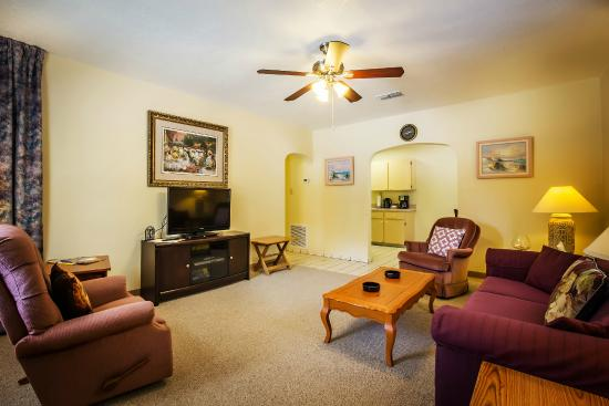 Mar Bay Motel & Suites: Apartment Suite -  Living room