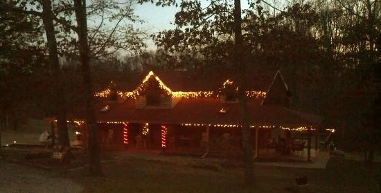 Peaceful Oaks Bed Breakfast and Barn: Evening at B & B