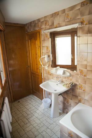 Hotel Naudi: Bathroom