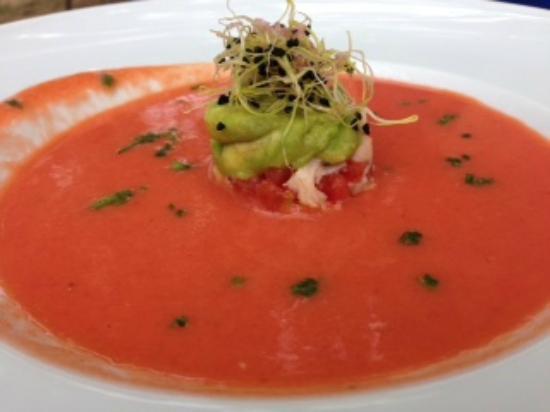 Ventallo, İspanya: Crema fría de tomates y fresas con tartar de aguacate y langostinos