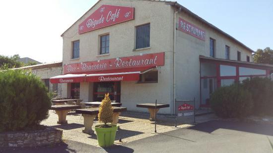Le Nelson : Burger Pelardon et façade côté bar repeint.
