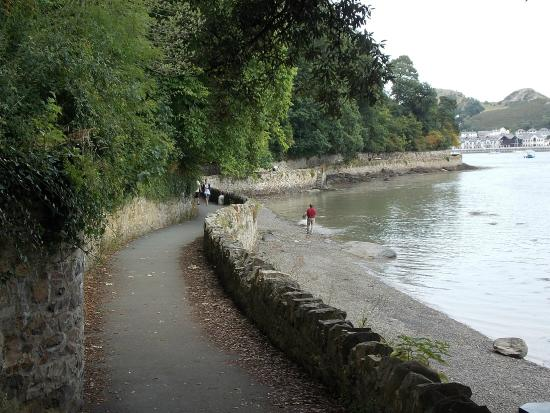 YHA Conwy: Walk from the quay in Conwy west wards
