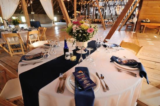 Swanton, Мэриленд: wedding inside barn