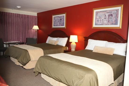 Saxony Motel & Restaurant: Two Queen Beds Room