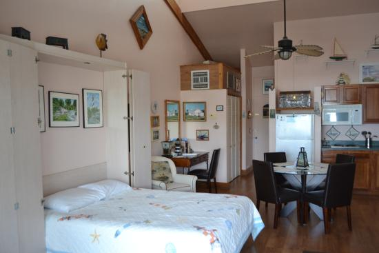 Cedar Cove Beach & Yacht Club: Interior of studio unit