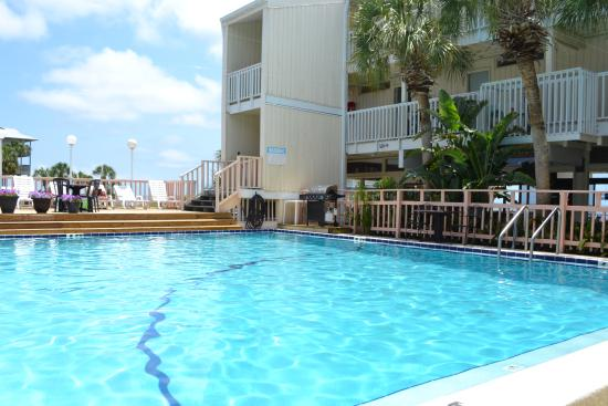 Cedar Cove Beach & Yacht Club: Swimming pool area with grill