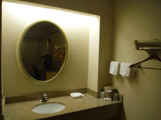 Red Roof Inn Cincinnati   Sharonville: Basin Outside The Washroom.