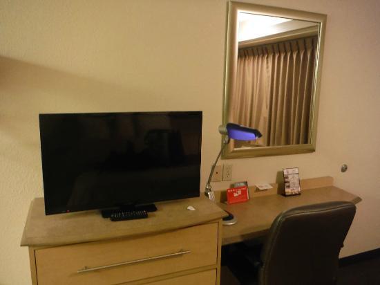 Red Roof Inn Cincinnati   Sharonville: TV And Desk.