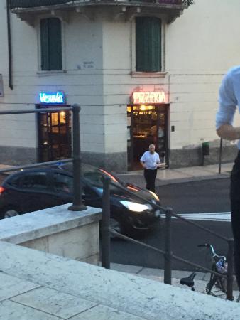 Pizzeria Vesuvio: Bedienung unter erschwerten Bedingungen