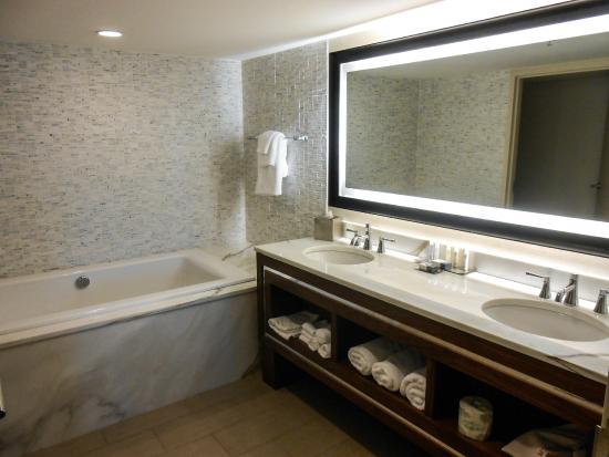Doubletree Hotel Greentree: Soaking Tub And Lighted Mirror