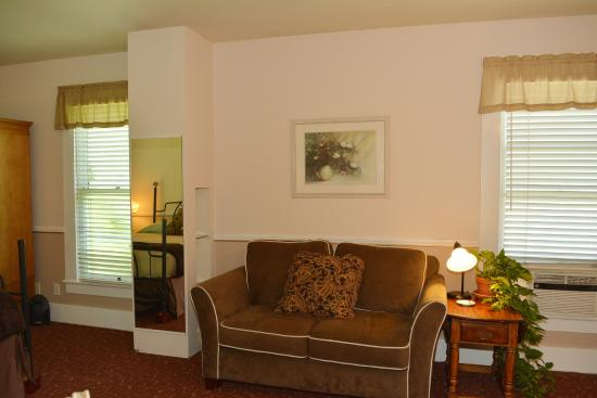 Deer Creek Inn: B - DCI Suite Seating