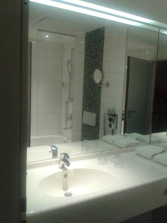 Mercure Hotel Düsseldorf City Nord: baño